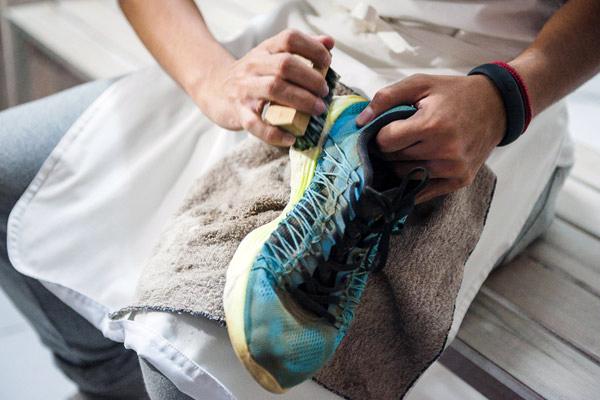Для початку краще провести випробувальний період - провести експерименти з різними видами безхазяйних кросівок, кросівок зі секонду або старих кросівок, щоб оцінити можливості різних очисних засобів і нікого не боячись, можливо, навіть знищити декілька пар