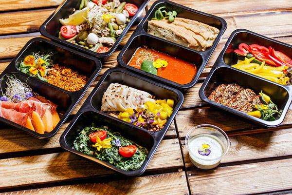 В меню можна включити різні каші, м'ясні та рибні страви, пельмені, супи, гарніри з картоплі, салати, випічку. Можна продавати комплексні обіди, які включають гаряче + друге з гарніром або салат. А можна пропонувати кожне блюдо окремо.